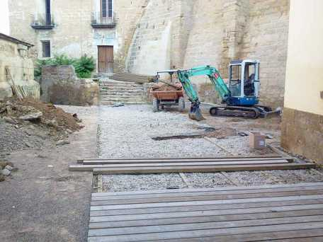 Inicio de la obras con la retirada de las tablas de madera que cubrían el Patio de Armas