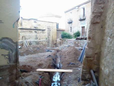 Excavación de zanjas para descubrir las tuberías rotas y cambiarlas por las nuevas