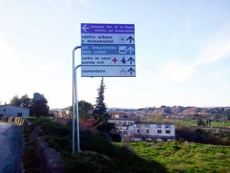 Señal Direccional en la entrada desde la carretera de Mequinenza